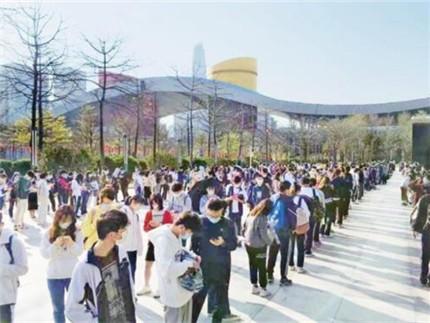 春节假期深圳图书馆成为市民的热门选择,开馆前近千读者排长龙